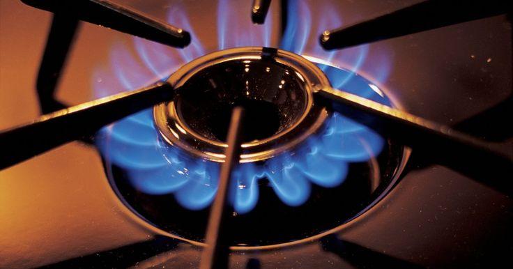 O que é necessário para mudar seu fogão de propano para gás natural. Muitos modelos de fogões a gás podem ser convertidos de propano para gás natural e vice-versa, mas você não pode mudar de combustíveis simplesmente mudando a fonte dele. A diferença de pressão entre os dois combustíveis requer alguns ajustes no fogão para que ele opere de forma segura com um combustível diferente. Um profissional qualificado deve ...