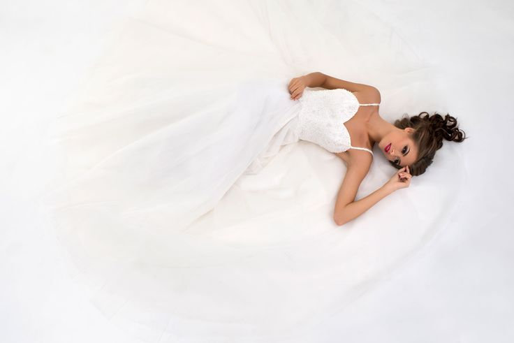 Krásne svadobné šaty so širokou sukňou s ramienkami na zips