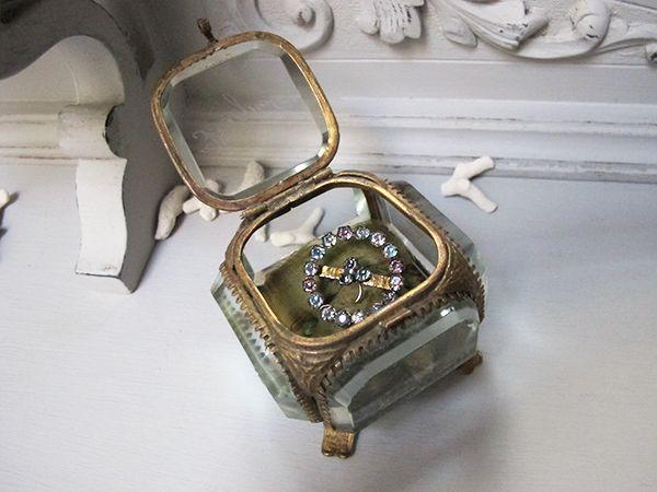 面取りガラス ジュエリーケース2  1900-1920年前後   7x7x6cm 面取りガラス 6,5mm 190g 真鍮  厚いガラスが重厚でシャビーなジュエリーケース。