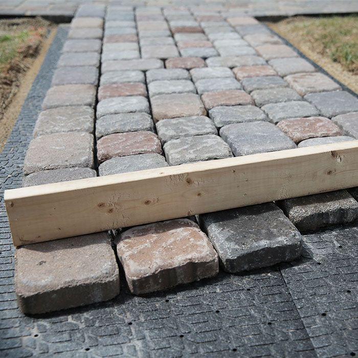 Using A 2 By 4 To Maintain The Walkway Width In 2020 Paver Walkway Walkway Paver Stones