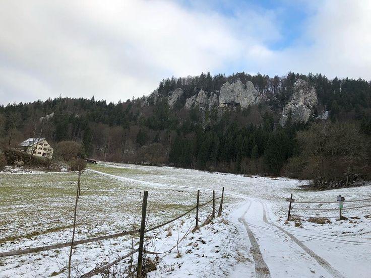 Zufahrt zum Scheuerlehof bei Fridingen an der Donau. Ein wenig Winterwonderland gab es dann also doch noch zu sehen. : : : #winterwonderland #winter #schnee #wandern #fridingen #landschaft #fridingenanderdonau #donau #danube #wanderlust #hiking #donautal #danubevalley #bronnen #oberedonau #donaubergland #donauradweg #thisisnature #snow