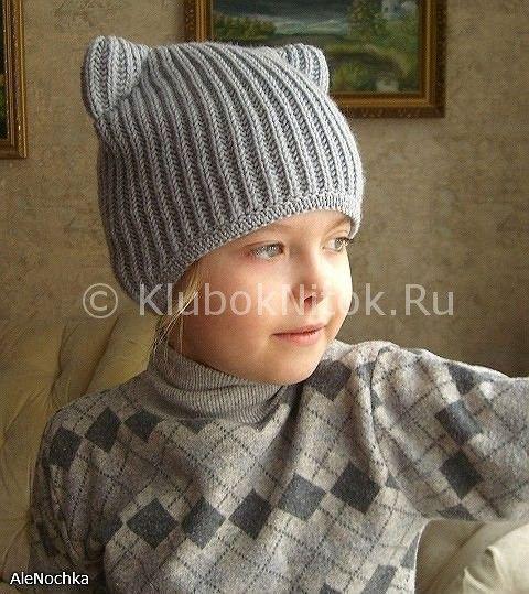 Вязаная спицами серая шапочка-кошка для девочки.