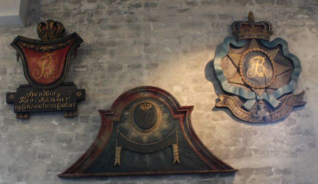 Tv:Told- og konsumtionsskilt fra Svendborg med Frederik den 6.'s monogram. Midt: Toldkammerskilt, Christian den 8.'s monogram. TH: Toldkammerskilt, Frederik den 7.'s monogram.