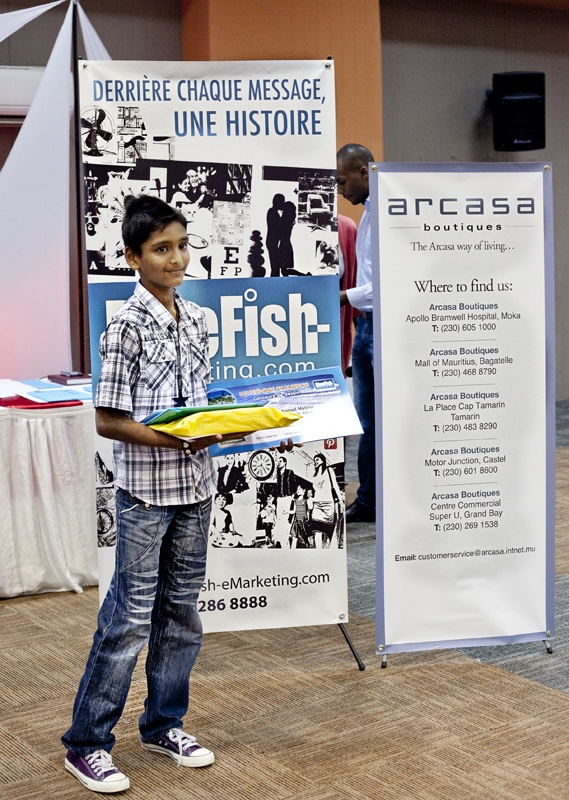 Le gagnant, Mahfuz (11 ans) remporte 'Un Weekend de Rêve' pour lui et ses parents à La Plantation Resorts & Spa, Balaclava, un trophé offert par Mauritius Glass Gallery, des cadeaux offert par Les magasins ARCASA, un livre pédagogique de l'Edition Vive Les Champions, un «family gift voucher» offert par L'Aventure du Sucre, un T-shirt BlueFish, ainsi qu'un certificat de participation.
