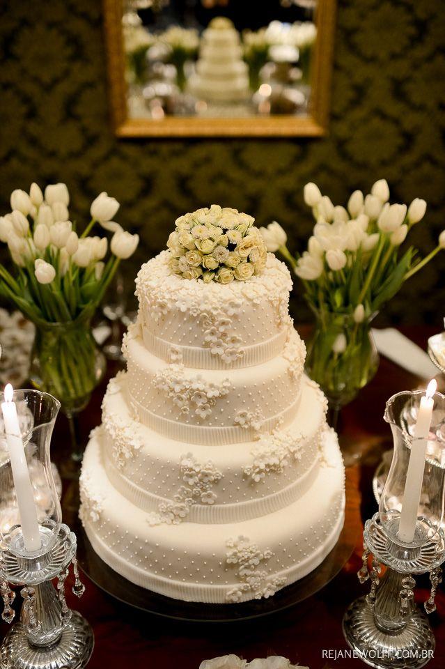 Bolo de casamento delicado e romântico. Bolo: Le Palais. Foto: Rejane Wolff