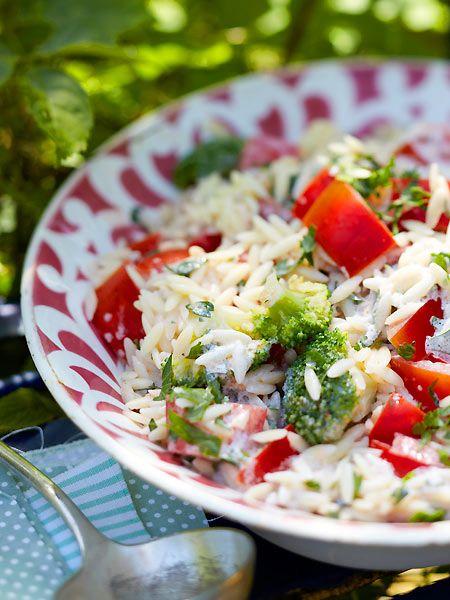 Orzo-Nudelsalat mit Brokkoli und Tomaten