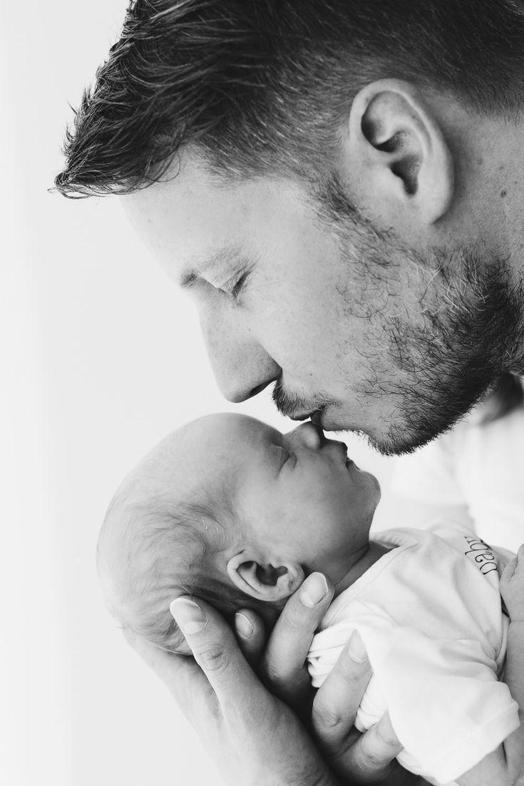 Baby und Vater / Lifestyle Newbornshoot in Den Haa…