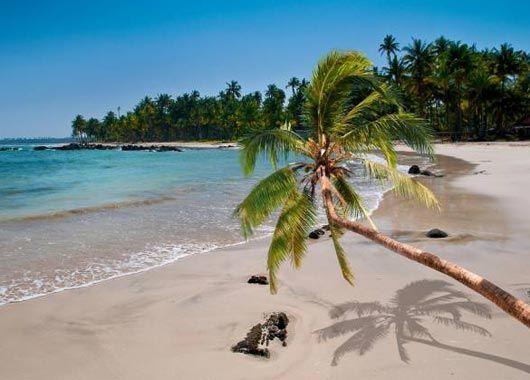 """La plage de Ngapali, une très belle plage de sable blanc sur l'Océan Indien en Birmanie. Ngapali est la """"plage"""" pour hôtels de luxe et pour se reposer en Birmanie. La mer est beaucoup plus belle qu'à Chaung Tha et le nombre d'hôtels est très limité. En plus, le seul moyen d'accès pratique se fait par avion via l'aéoport de Thandwe, ce qui limite encore un peu plus les visiteurs."""