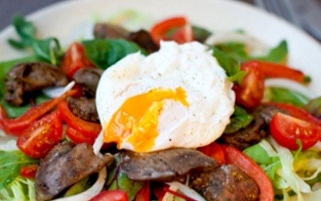 Теплый печеночный салат с яйцом-пашот