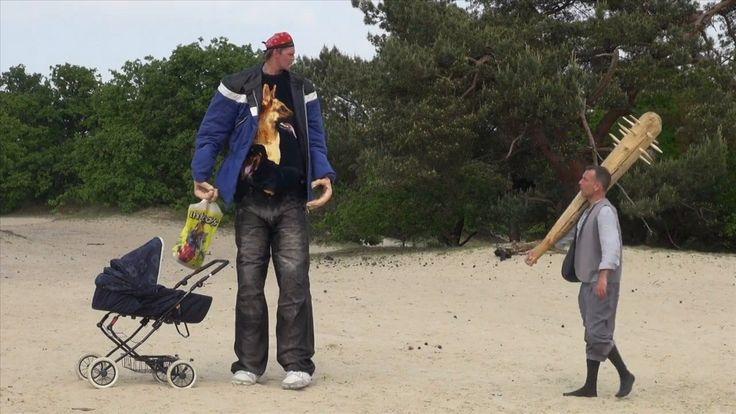 """Trailer """"REUZEN""""; coproductie Ro Theater & Theater Artemis; was van 12 t/m 20 juni 2015 op het Oerol Festival op Terschelling te zien met Raymond Thiry, Gijs Naber en Anneke Sluiters.Voorstelling gaat over de angst van jonge ouders om hun kind te verliezen. KIJK DEZE TRAILER!!! Rechts (met de knots!) Raymond Thiry."""