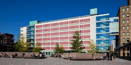 In het Theo Thijssenhuis vind je de praktijklokalen van Domein Onderwijs en Opvoeding, onder meer het scheikundelokaal, de leskeuken en verzorgingsruimtes. Ook Domein Digitale Media en Creatieve Industrie en het Centrum voor Nascholing Amsterdam hebben hier ruimtes en lokalen.