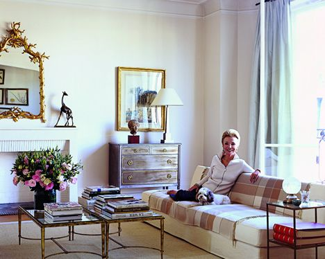 Lee radizwill posing in her paris pied a terre living room for Pied a terre manhattan