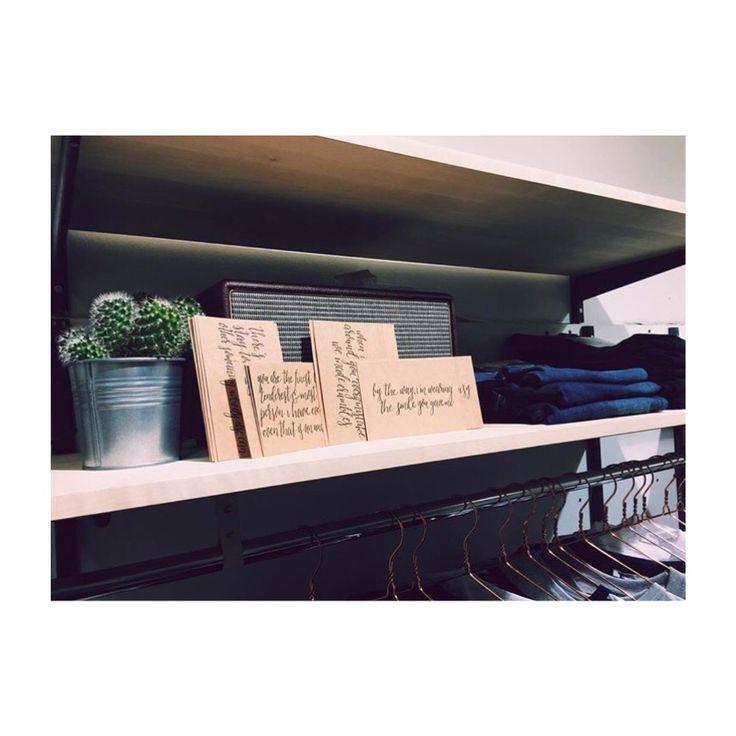 ECOSPHERE >> HÅLLBART MODE. Handskrivna kort med helt fantastiska citat i butiken i Hornstull >> Bergsunds Strand 32, Stockholm