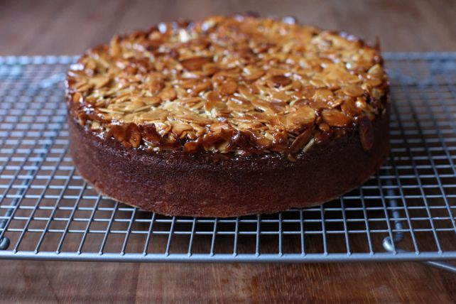 Poires au Chocolat: Toscakaka (Caramel Almond Cake)
