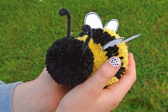 flauschige Biene aus Pompons basteln