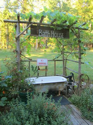 Badewanne oder Zinkwanne für den Garten. Zum Wasser holen oder drin baden. Als Kind habe ich es geliebt darin zu baden.