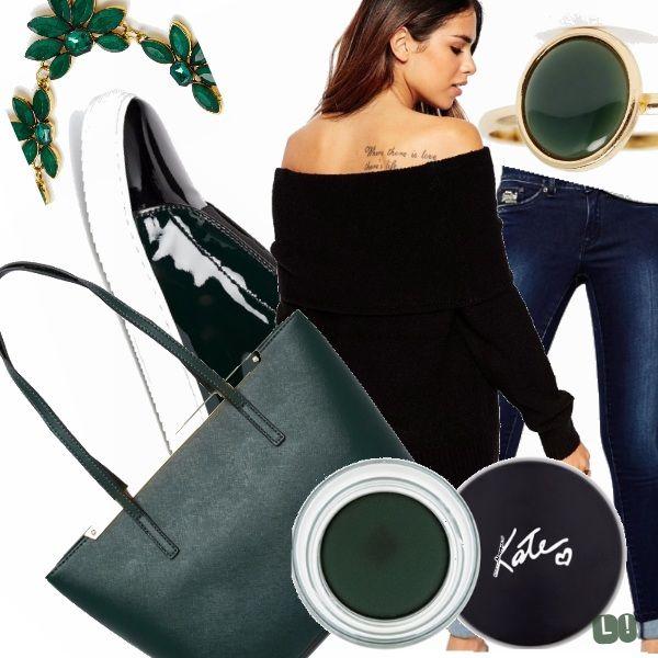 Jeans color denim con cardigan nero a spalle scoperte, scarpa sportiva in vernice e borsa a spalla rigida. Girocollo a fiori e make up sui toni del verde bosco.