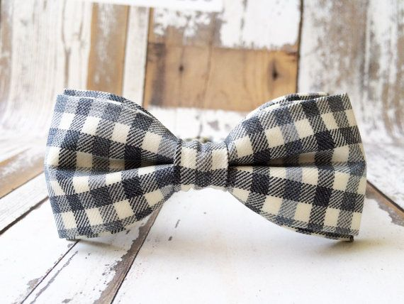 Grey Bow Tie naar mannen geruite strikjes Mens Bow Tie wol BowTie Gray bruiloft vlinderdas cadeau voor mannen cadeau voor vader cadeau voor Prom verstelbare strikje ivoor vlinderdas  Banden, banden, banden... u ze liefde of haat moetend draag ze op kantoor, ongeacht uw luim - maar lets face it-zijn ze een beetje saaie en monotone als een stijl voor mannen in de 21e eeuw.  Dat is waarom strikjes voor mannen zijn terug in een grote weg, zoals we in de modetijdschriften zien kunnen. Comfortabel…