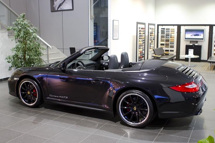 Os presentamos este Porsche 911 Carrera 4 GTS Cabriolet a estrenar matriculado el 03 de Enero del 2013. Sus características son: Vehículo nacional con 0 Kilómetros, cilindrada 3.800 cm3, potencia 408 cv, tracción total, caja de cambios PDK y color Negro Basalto Metalizado.