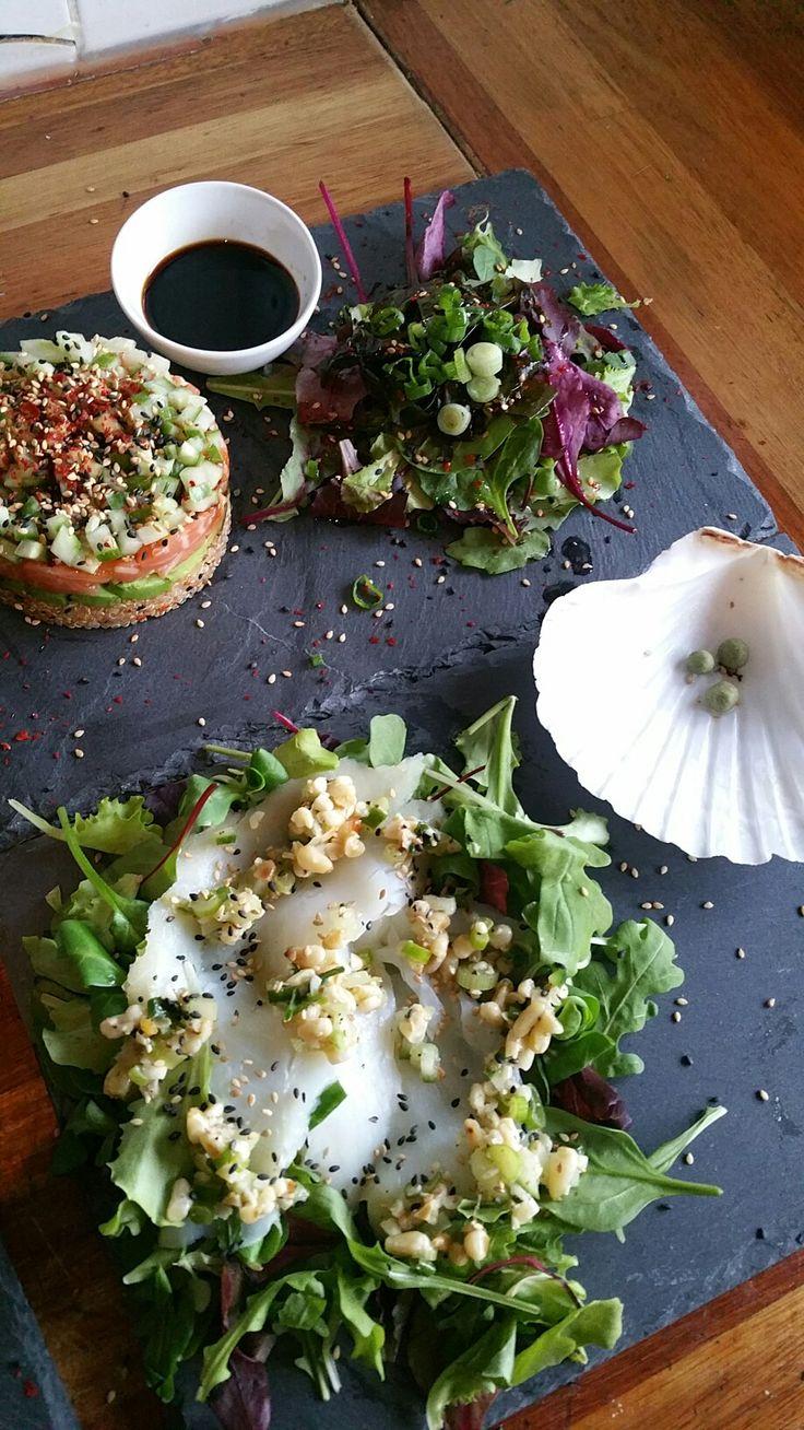 Zeetrio... gestapelde zalm sashimi met quinoa, zeewiersalade, gerookte heilbotcarpaccio met notendressing, wasabi parels.