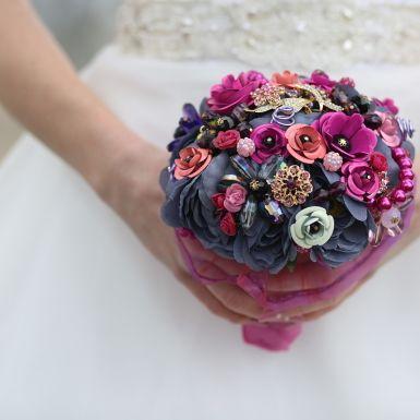 Luxusná svadobná kytica je vyrobená z viac ako 30 šperkov a ďalších 20 ks doplnkov ( gorálky, kamene, ručne vyrábané kvety...)<br/>Držiak je z cyklame