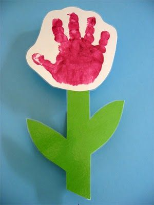 Los alumnos de tres años pueden trabajar estas flores de manos en la época de primavera.