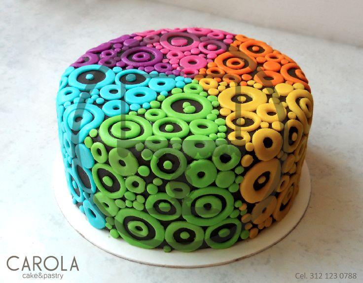 Psychedelic Cake: Este colorido pastel de fondant decorado con múltiples círculos de colores neón hará de tu evento un momento muy divertido.