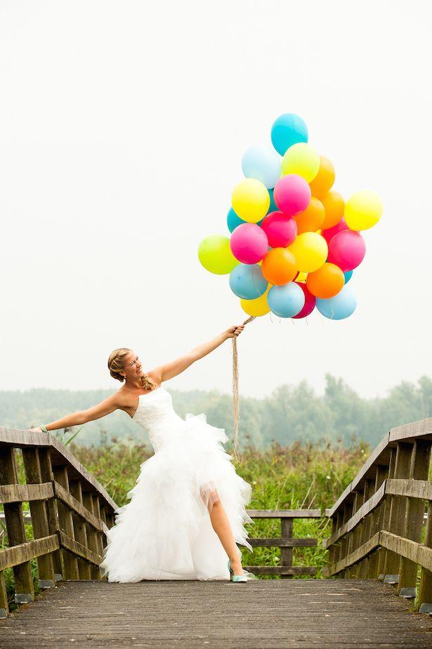 Foto's maken met een tros gekleurde ballonnen