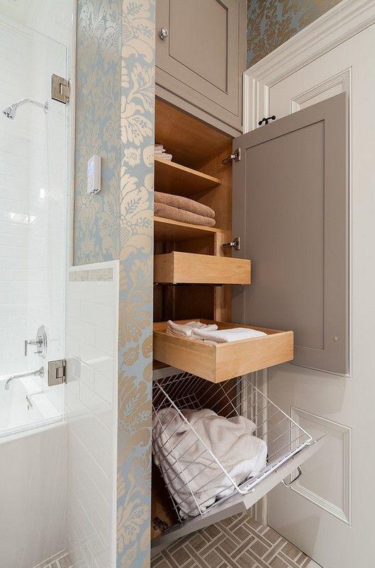Выдвижные полки в шкафу маленькой ванной