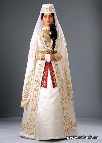 Невесте надевают национальный костюм осетин