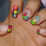 Nails con colores vivos y decoración cartoon