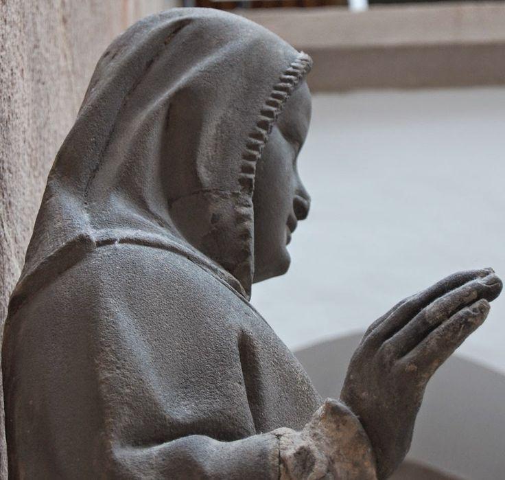 Statue from the south portal av the Frauenkirche in Nürnberg, ca 1360  Renikas anachronistic adventures: Kruselers - sewn or woven?