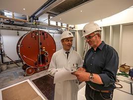 Der Neubau der Strahlentherapie am Marien-Hospital erhielt am Dienstag einen wichtigen Teil seiner technischen Ausstattung – den dritten Linearbeschleuniger