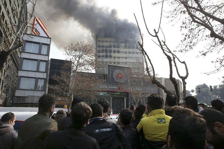 In der iranischen Hauptstadt Teheran ist ein brennendes Hochhaus eingestürzt. Nach einem Bericht des staatlichen iranischen Fernsehsenders Press TV sollen 30 Feuerwehrmänner ums Leben gekommen sein.