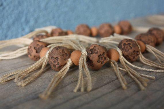 Collana in ceramica lunga con perle decorate e di NidaCeramiche