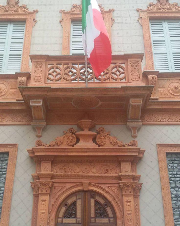 Questa è la casa che Manzoni abitò per più di sessanta anni nel centro di Milano. È  stata chiusa per restauri ma da domani 6 ottobre sarà  ancora possibile visitarla. Se non ricordo male io l'ho visitata molto tempo fa si può  vedere la sua immensa biblioteca  il salotto e la camera da letto.  #alessandromanzoni#milano_forever #ilovemilano #mymilano #milanodascoprire#milanotoday #milanodavedere#volgomilano #milanocityofficial #emozioni#ig_milano#loves_milano #igersmilano#turismomilano# by…