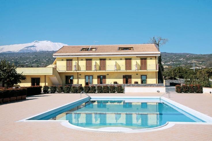 Deze kleinschalige accommodatie ligt in een prachtige landelijke omgeving, tussen de sinaasappel- en citroenbomen en nabij de plaats Fiumefreddo. Vanaf diverse plaatsen heeft u een geweldig uitzicht over de Etna, de baai van Taormina en de groene omgeving. Lobby met receptie, tv-ruimte, internethoek, gratis draadloos internet, bar en restaurant. In de tuin een zwembad, zonneterras met ligbedden, matrasjes en parasols en een speeltuin.  Officiële categorie ***