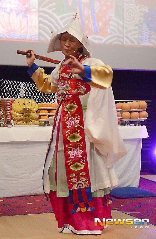 Mudang 무당 female shaman, Korea