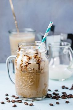 Kawa mrożona z lodami? Brzmi pysznie, idealny deser na ciepłe dni. Poznaj najlepszy przepis.  Przepis na mrożoną kawę Składniki: 250 ml zaparzonej, mocnej kawy 2 łyżki syropu klonowego 100 ml zimnego mleka krowiego lub sojowego kilka kostek lodu kilka kropel aromatu z wanilii szczypta sproszkowanego cynamonu, kardamonu i imbiru dodatki: gałka lodów waniliowych, śmietankowych