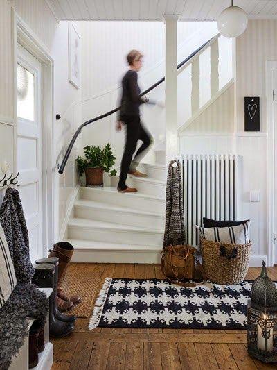 Vit trapp... svart ledstång!