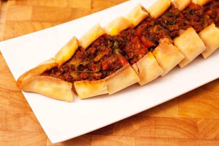 Pide mit Hackfleisch ist ein türkisches Rezept und wird aus einem lockeren Hefeteig mit einer würzigen Hackfleischfüllung zubereitet. Pide wird in Deutschland aufgrund seiner Form auch manchmal als Schiffchen bezeichnet. Es gibt sie auch mit vielen anderen Füllungen: Spinat und Zwiebeln, Spinat mit Schafskäse, Sucuk pur oder mit Käse...Pide mit Hackfleisch türkisches Rezept #türkische #rezepte #türkisch #kochen #fleisch #food #foodie #backen #pizza #gesund #fit #lecker…