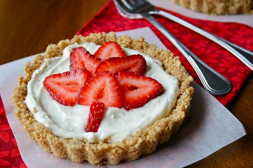 Strawberry Cheesecake Tarts. No bake dessert? Perfect for these hot summer days.