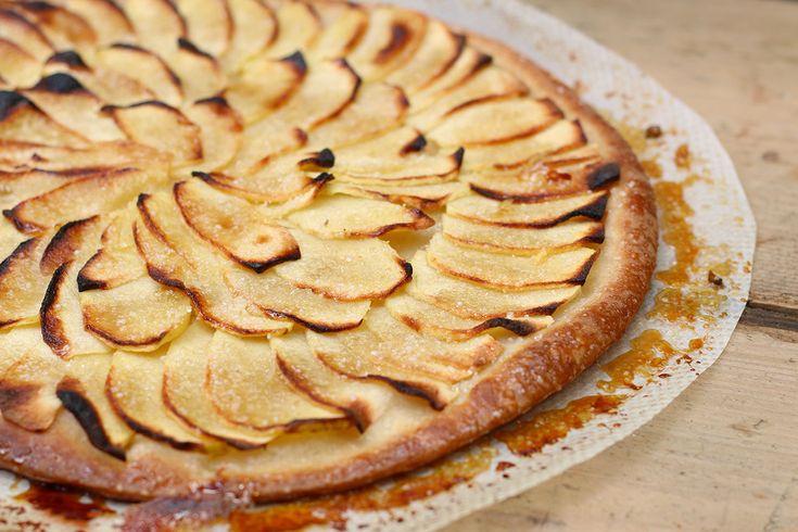 Recette TARTE FINE AUX POMMES ultra facile avec 4 ingrédients ! Croustillante et caramélisée. Recette de la tarte fine aux pommes facile