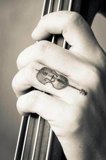 Tatuaggio a forma di violino sul dito