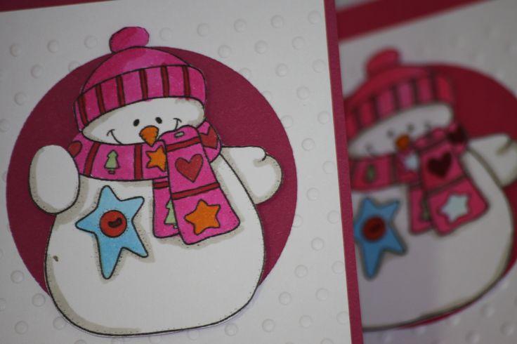 d'Luxe by Sophi - Oameni de zapada divabudoir.com/ O colectie de 12 felicitari lucrate manual, intr-o paleta de culori calde, in nuante contrastante cu mesajul de iarna pe care il dezvaluie oamenii de zapada decorati. Colectia celebreaza sarbatorile de iarna si a fost creata intr-un mod cat mai neutru: nu au fost inserate mesajele specifice sarbatorilor de iarna astfel incat felicitarile sa poata fi expediate fara a se tine cont de religia destinatarilor.