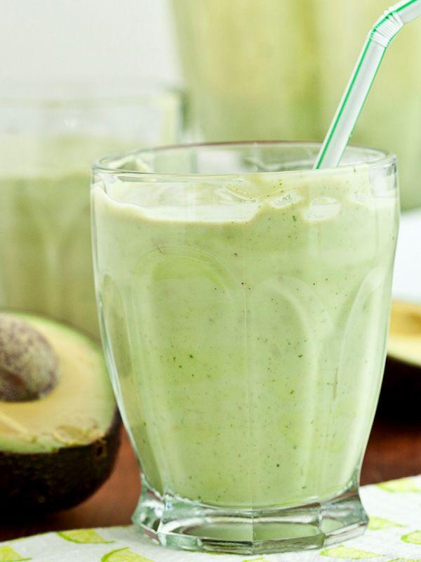 Centrifugato avocado e lime: un cocktail esotico all'insegna del benessere e della freschezza. Sapori agrumati e orientali, per accogliere l'estate.
