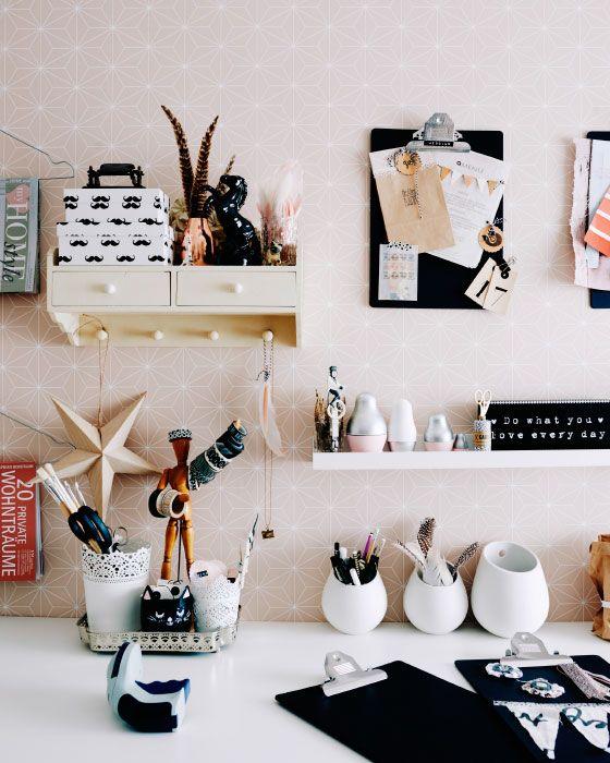 Mona verwendet eine Kombination aus Küchenbehältern, Bilderleisten und z. B. VÄLBEKANT Schreibunterlage in Schwarz, um ihre Utensilien kreativ aufzubewahren.