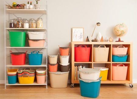 子供部屋の収納は悩むところ……。 家具を買ってしまうとずっと使わなくてはいけなく、気にいった商品がないとベビー・子供用品の収納ができないままだったりして。 そんな時に使えるのがstacksto(スタックストー)のバケット。 ゴム製でできた収納用品は、簡易的に収納しておくのにぴったり。 子供グッズ以外にも色々な