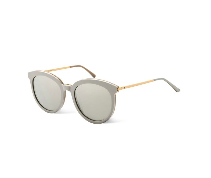 Vanilla road is an altered look for oversized sunglasses. The thickness of the front frame and metallic temples were reduced to lighten the overall design.