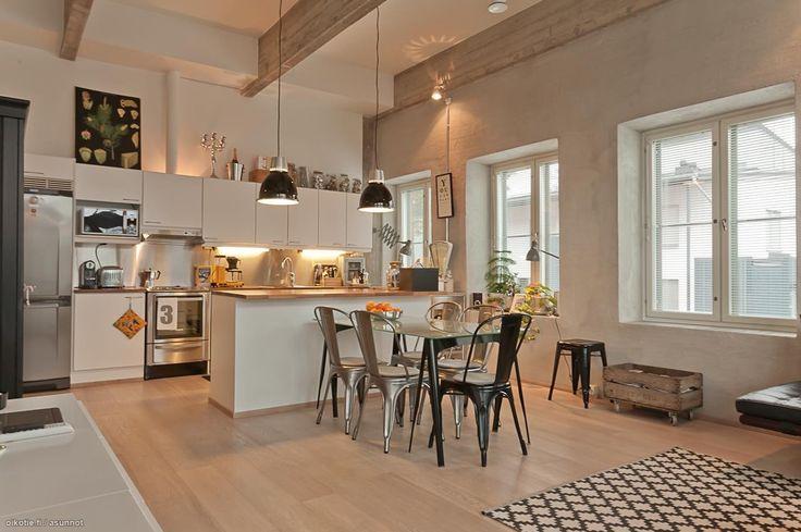 広いフィンランドのアパートのキッチン